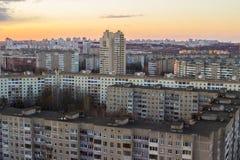 Αστικό πολυόροφο κτίριο κτηρίων Πολυκατοικίες στην κορυφή Γκρίζα κτήρια Μινσκ Στοκ Φωτογραφίες
