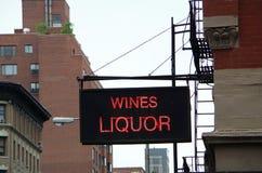 Αστικό σημάδι οδών καταστημάτων κρασιού Στοκ Εικόνες