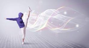 Αστικό breakdancer που χορεύει με τις άσπρες γραμμές Στοκ Φωτογραφίες