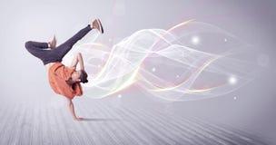 Αστικό breakdancer που χορεύει με τις άσπρες γραμμές Στοκ φωτογραφία με δικαίωμα ελεύθερης χρήσης