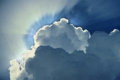 Αστράφτοντας ακτίνες του ήλιου πίσω από τα σύννεφα μπλε ουρανοί φιλμ μικρού μήκους