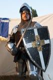 Αστράφτοντας ασπίδα και ξίφος εκμετάλλευσης ιπποτών Στοκ φωτογραφία με δικαίωμα ελεύθερης χρήσης