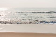 Αστράφτοντας νερό στην παραλία Στοκ Φωτογραφίες