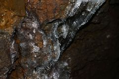 Αστράφτοντας παγάκια σε μια σπηλιά σωλήνων λάβας Στοκ εικόνες με δικαίωμα ελεύθερης χρήσης