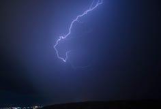 Αστραπή με τα δραματικά σύννεφα Thunder-storm νύχτας πέρα από το βουνό και τη λίμνη στο Μπακού, Αζερμπαϊτζάν Στοκ Φωτογραφίες