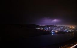 Αστραπή με τα δραματικά σύννεφα Thunder-storm νύχτας πέρα από το βουνό και τη λίμνη στο Μπακού, Αζερμπαϊτζάν Στοκ Φωτογραφία