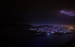 Αστραπή με τα δραματικά σύννεφα Thunder-storm νύχτας πέρα από το βουνό και τη λίμνη στο Μπακού, Αζερμπαϊτζάν Στοκ Εικόνα