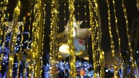 Αστραπή μορφής αστεριών σε μια οδό που διακοσμείται για τα Χριστούγεννα απόθεμα βίντεο