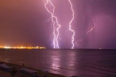 Αστραπή πέρα από τη θάλασσα πριν από τη θύελλα στοκ φωτογραφία με δικαίωμα ελεύθερης χρήσης