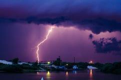 Αστραπή πέρα από τον ποταμό Στοκ Εικόνες