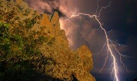 Αστραπή πέρα από τους βράχους Στοκ φωτογραφία με δικαίωμα ελεύθερης χρήσης