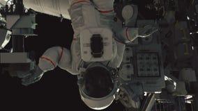 Αστροναύτης που εργάζεται στο ISS Ρεαλιστική 4K ζωτικότητα ελεύθερη απεικόνιση δικαιώματος