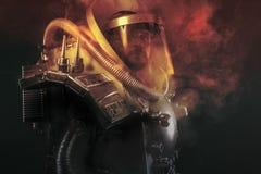 Αστροναύτης, πολεμιστής φαντασίας με το τεράστιο διαστημικό όπλο Στοκ Φωτογραφίες