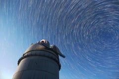 Αστρονομικά αστέρια νυχτερινού ουρανού παρατηρητήριων Timelapse στο νεαρό δικυκλιστή κομητών Στοκ Φωτογραφίες