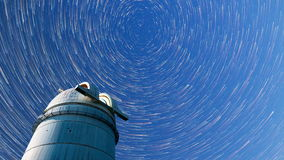 Αστρονομικά αστέρια νυχτερινού ουρανού παρατηρητήριων Timelapse 4k στον τρόπο κομητών απόθεμα βίντεο