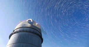 Αστρονομικό παρατηρητήριο κάτω από τα αστέρια νυχτερινού ουρανού 4k timelapse στον τρόπο κομητών φιλμ μικρού μήκους