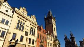Αστρονομικό ρολόι της Πράγας και ηλιόλουστη ημέρα εκκλησιών Tyn Στοκ Εικόνες