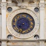 Αστρονομικό ρολόι σε έναν πύργο στο τετράγωνο του ST Mark ` s, Βενετία, Ιταλία Στοκ Εικόνες