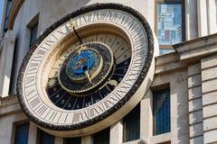Αστρονομικό ρολόι στην πρόσοψη οικοδόμησης σε Batumi Στοκ Φωτογραφία