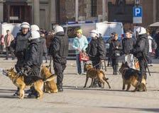 Αστυνομία με τα σκυλιά Στοκ φωτογραφίες με δικαίωμα ελεύθερης χρήσης