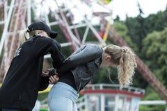 Αστυνομία που συλλαμβάνει το θηλυκό εγκληματία Στοκ εικόνα με δικαίωμα ελεύθερης χρήσης