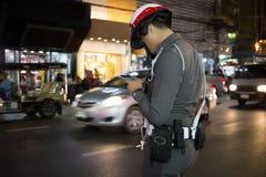 Αστυνομία στην ομοιόμορφη εργασία στο δρόμο που στέλνει τη νύχτα το μήνυμα ο Στοκ φωτογραφία με δικαίωμα ελεύθερης χρήσης