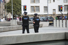 Αστυνομία στην περίπολο στο κτήριο των Κοινοβουλίων, Εδιμβούργο Στοκ Εικόνες