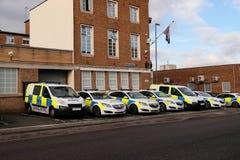 Αστυνομικά οχήματα έξω από το αστυνομικό τμήμα, UK στοκ φωτογραφία