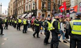 Αστυνομική συνοδεία - διαδήλωση διαμαρτυρίας - Λονδίνο Στοκ εικόνα με δικαίωμα ελεύθερης χρήσης