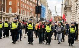 Αστυνομική συνοδεία - διαδήλωση διαμαρτυρίας - Λονδίνο Στοκ Εικόνες
