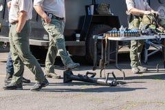 Αστυνομικοί που εκθέτουν τον εξοπλισμό στοκ εικόνες