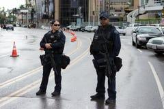 Αστυνομικοί στην οδό κατά τη διάρκεια των βραβείο 'Οσκαρ στοκ φωτογραφίες με δικαίωμα ελεύθερης χρήσης