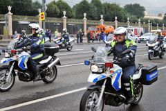 Αστυνομικοί στις μοτοσικλέτες Πρώτη παρέλαση της Μόσχας της μεταφοράς πόλεων Στοκ φωτογραφία με δικαίωμα ελεύθερης χρήσης