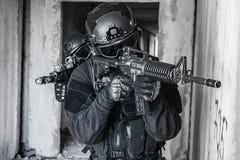 Αστυνομικοί SWAT προδιαγραφών ops Στοκ Φωτογραφίες