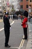 Αστυνομικός και βρετανικός στρατιώτης στρατού στην κηδεία της Θάτσερ στοκ φωτογραφίες