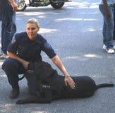 Αστυνομικός με το σκυλί βομβών της στοκ φωτογραφίες