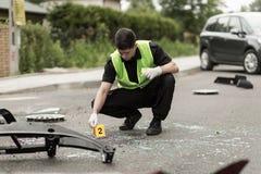 Αστυνομικός που εξασφαλίζει τη σκηνή ατυχήματος Στοκ εικόνα με δικαίωμα ελεύθερης χρήσης