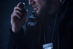 Αστυνομικός που μιλά στο ραδιόφωνο Στοκ εικόνες με δικαίωμα ελεύθερης χρήσης