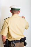 Αστυνομικός που χτυπά στη μπροστινή πόρτα Στοκ Φωτογραφίες
