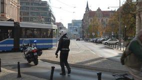 Αστυνομικός στο περπάτημα ενδυμάτων μοτοσικλετών φιλμ μικρού μήκους