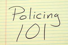 Αστυνόμευση 101 σε ένα κίτρινο νομικό μαξιλάρι Στοκ εικόνες με δικαίωμα ελεύθερης χρήσης