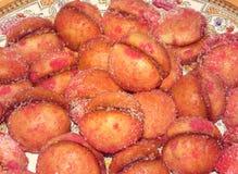 Ασυνήθιστα ροδάκινα ροδάκινων που ψεκάζονται υπό μορφή με τη ζάχαρη με τη μαρμελάδα σμέουρων Στοκ Φωτογραφίες