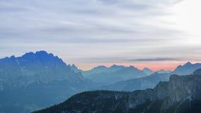 Ασυνήθιστα χρώματα της αυγής πέρα από τα βουνά Χρονικό σφάλμα απόθεμα βίντεο