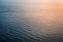 Ασυνήθιστες και αφηρημένες αντανακλάσεις του φωτός του ήλιου στην επιφάνεια θάλασσας Στοκ φωτογραφία με δικαίωμα ελεύθερης χρήσης