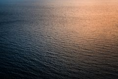 Ασυνήθιστες και αφηρημένες αντανακλάσεις του φωτός του ήλιου στην επιφάνεια θάλασσας Στοκ Εικόνες