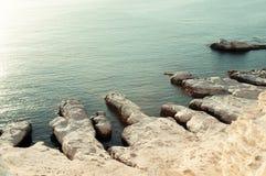 Ασυνήθιστη ακτή - προεξοχή του άσπρου απότομου βράχου ψαμμίτη Στοκ εικόνες με δικαίωμα ελεύθερης χρήσης