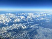 Ασυνήθιστη εναέρια άποψη των βουνών και του ουρανού. Στοκ Εικόνες