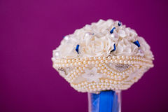 Ασυνήθιστη νυφική γαμήλια ανθοδέσμη πολυτέλειας με τα άσπρες τεχνητά λουλούδια και τη χάντρα μαργαριταριών κοσμήματος όψη υψηλής  Στοκ φωτογραφίες με δικαίωμα ελεύθερης χρήσης