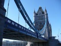 Ασυνήθιστη προοπτική της γέφυρας πύργων στοκ εικόνα με δικαίωμα ελεύθερης χρήσης