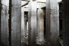 Ασυνήθιστη συγκεκριμένη κατασκευή, που αποτελείται από τις στήλες Στοκ Εικόνα